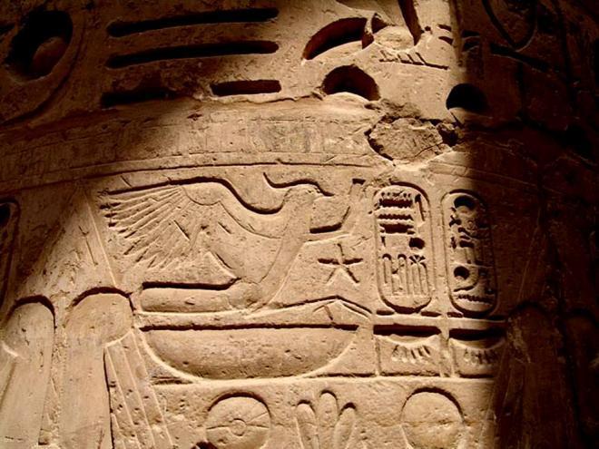 Rekhyt face aux cartouches de Ramses II.