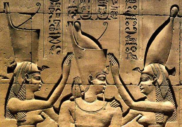 Le pharaon Ptolémée VIII couronné du pschent...