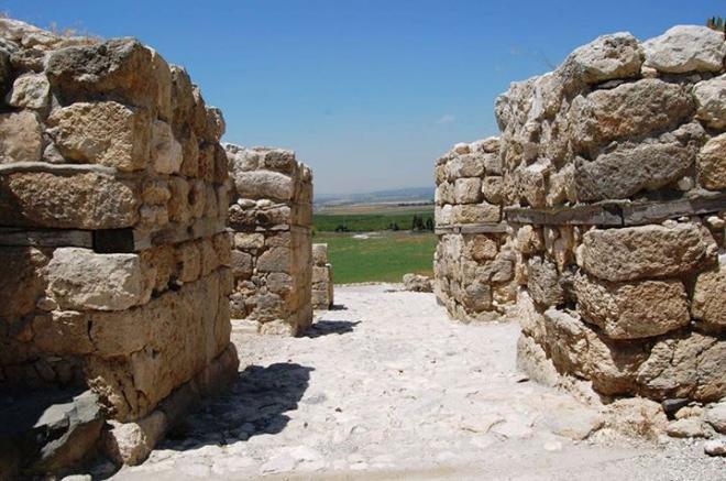 Vestiges des portes de la ville de Megiddo
