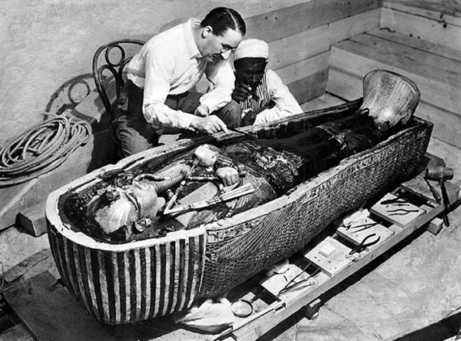 Bizarre photos history tuts tomb opened 768x570