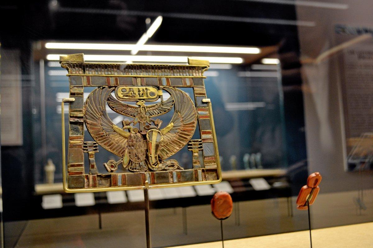 Ce pectoral est l'un des trésors découverts dans les tombes.