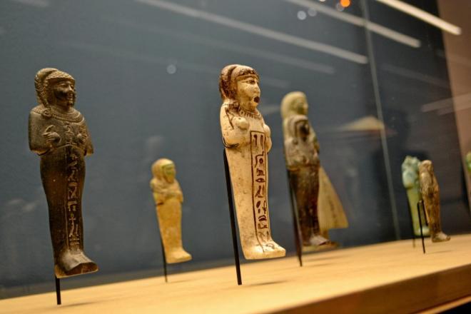 """Quelques """"chaouabtis"""", dans l'une des tombes des taureaux Apis par Khaemouaset lui-même."""