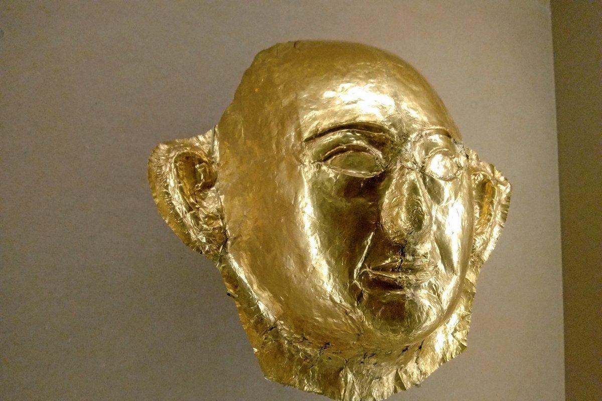 Le masque mortuaire en or du prince, découvert dans la tombe de Khaemouaset par Mariette
