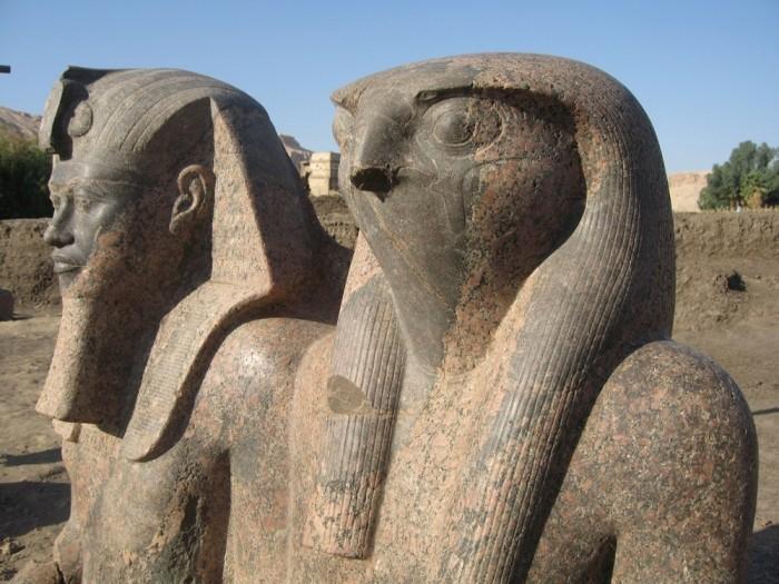 Statue d'Amenhotep lll accompagnée de Rê-Horakhty .