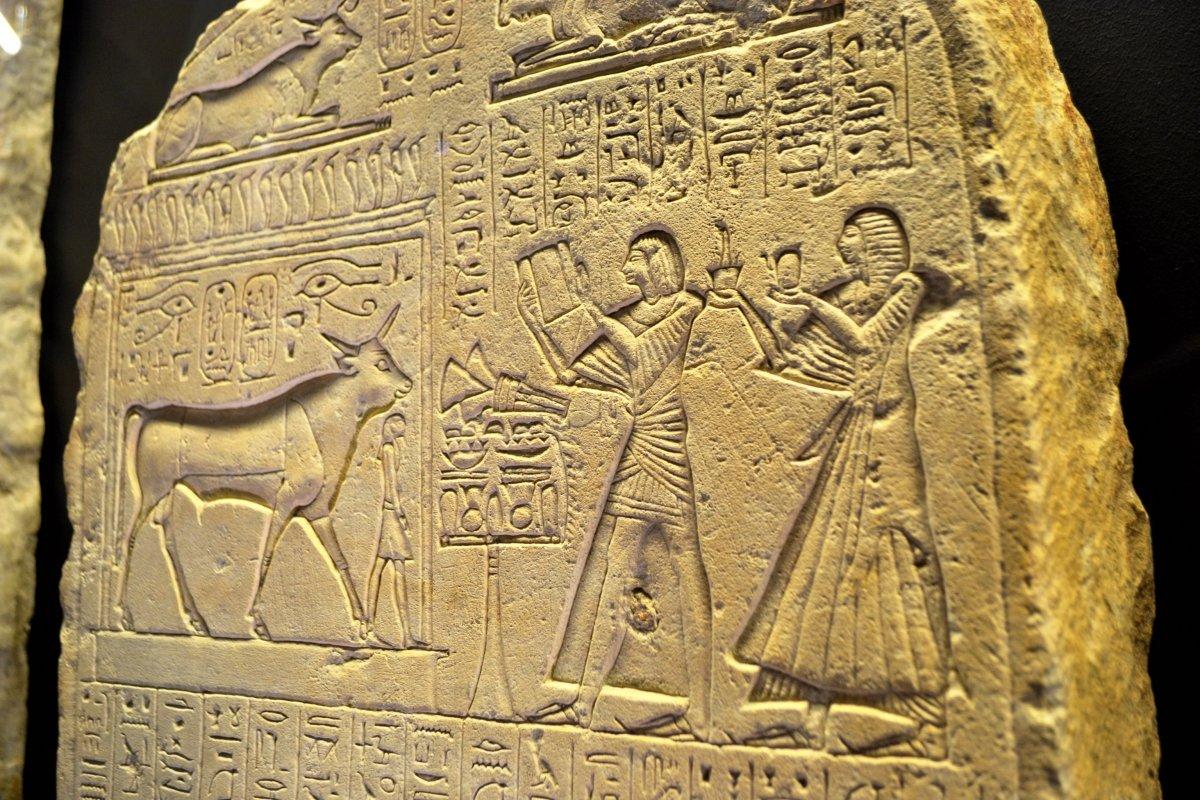 Sérapeum vaste complexe à la gloire du dieu Apis qui s'incarnait dans un taureau.