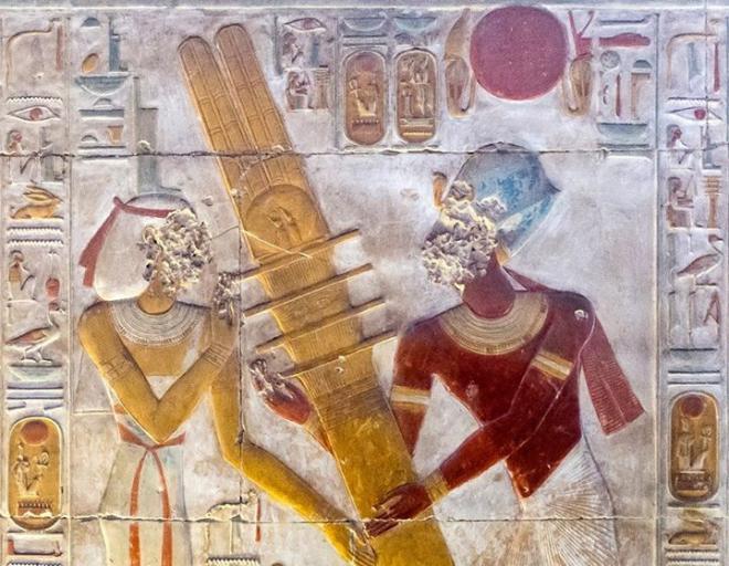 Le roi érige le pilier Djed en présence d'Isis.