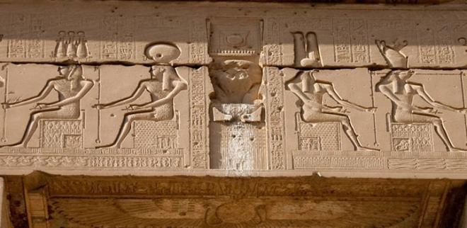 Détail d'un linteau d'une porte monumentale au temple d'Hathor à Iounet.