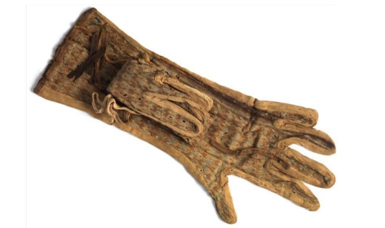 Une paire de gants en lin brodé de soie