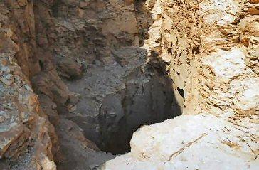 Voici donc l'entrée de la cachette TT320 à Deir el-Bahari !