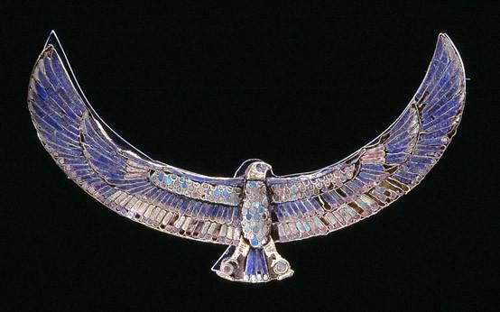 E 2988.  Pectoral en forme de faucon sur la momie attribuée à Khaemouaset