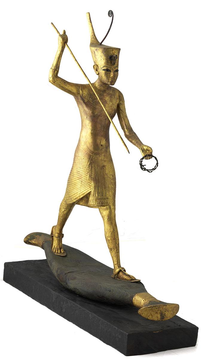 Figure en bois doré de Toutankhâmon sur esquif lançant un harpon