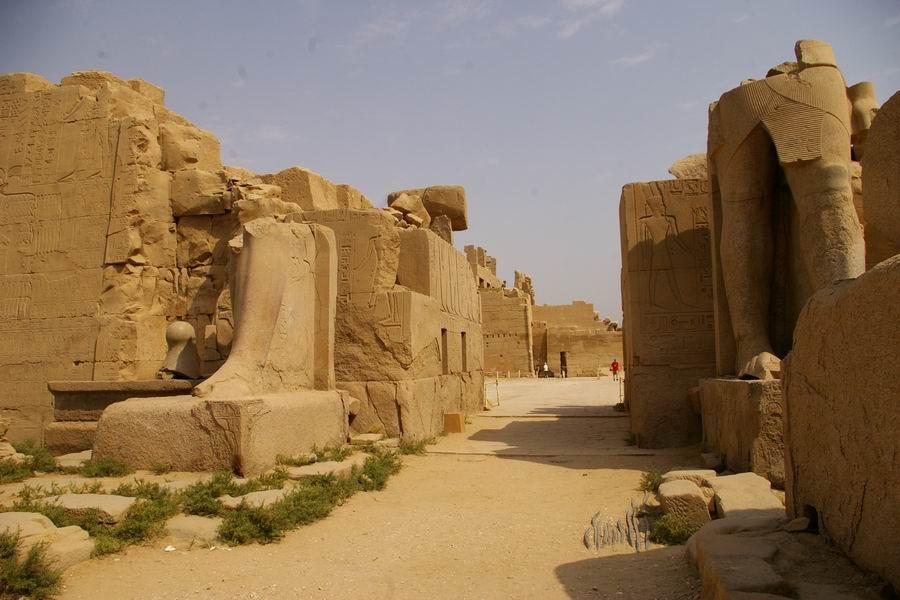 Karnak. VIIe pylône. Colosses debout en granit rose de Thoutmosis III
