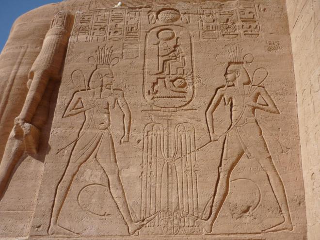 Nous sommes maintenant sur le côté gauche de l'entrée du grand temple d'Abou Simbel.