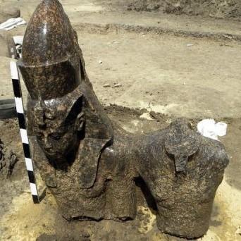 Trouvée à l'entrée nord du temple d'Amenhotep III assis sur son trône avec Amon.
