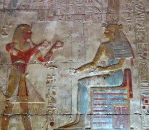 Séthy I effectue un rite d'offrande du vin dans son temple d'Abydos
