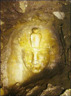Statue d'Aménophis III découverte à Louksor.