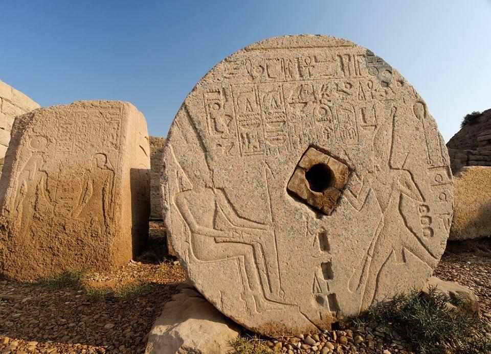 Thoutmosis III sur une pierre à moudre trouvée dans la cour du temple d'hathor à Dendera