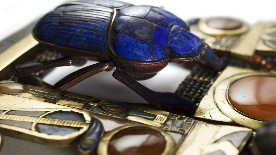 Pectoral, chaîne et contrepoids en or incrusté avec un scarabée en lapis flanqué d'uræi
