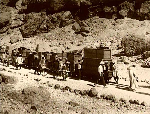 Les trésors de l'hypogée de Toutânkhamon furent transportés au Caire ......