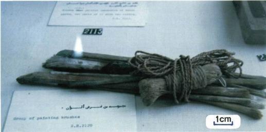 paquet de pinceaux et de brosses ficeles avec une corde torsadee utilisee pour tracer les lignes horizontales et verticales sur la paroi expose au musee du caire