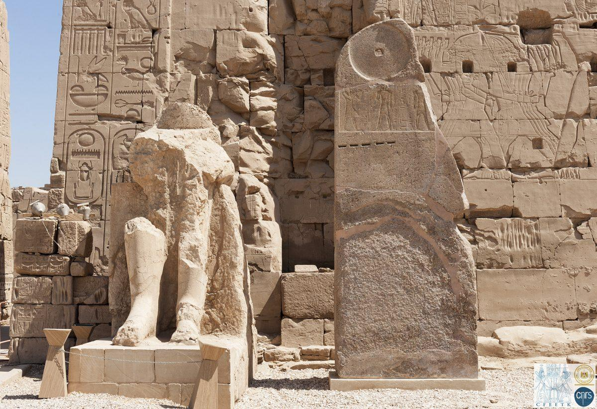 A stele d amenhotep ii reconstruite devant le viiie pylone photo cnrs cfeetk karima dowi