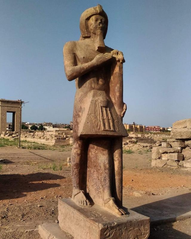 Amenophis III en porte enseigne du nTr Amon dans le temple de montou karnak au nord.