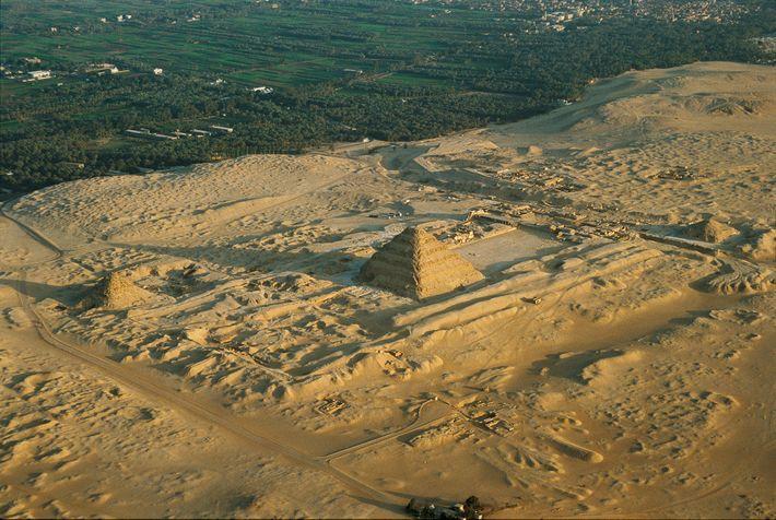 Le complexe funeraire de djeser edifie sous le regne du roi djeser se situe a saqqarah en egypte il a servi de modele pour la plus petite pyramide d edfou