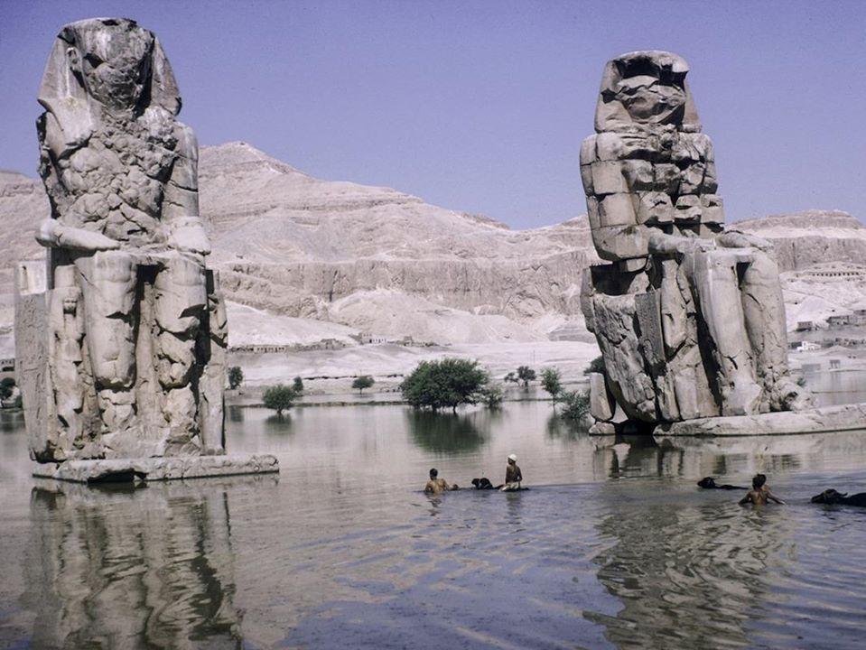 Les colosses de Memnon affectes par l une des dernières inondations du Nil 1960