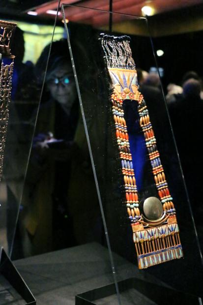 Pectoral de toutankhamon representant une barque en or et un disque lunaire en argent avec contrepoids et chaine