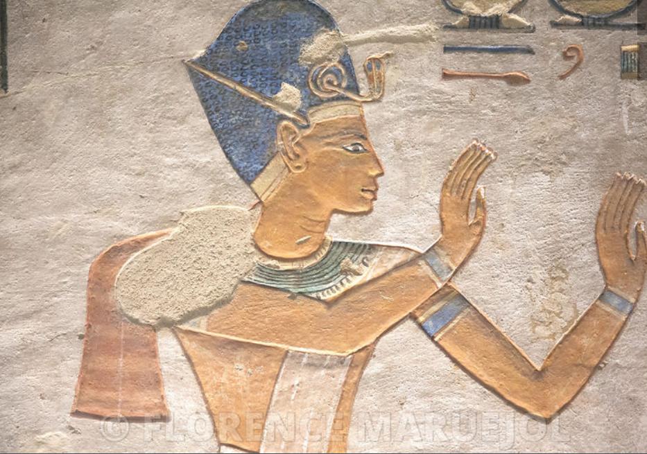 Le roi Ramsès III 1183-1152 av. J.-C.) coiffé de la couronne bleue, tombe du prince Khaemouaset, Vallée des Reines, Nouvel Empire, XIXe dynastie. Florence Maruejol