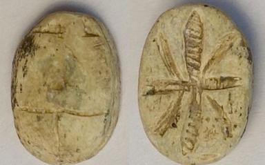 Scarabee orne sur le plat d une fleur de lotus probablement xviiie dynastie steatite beige intact longueur 1 5 cm largeur 1 1 cm